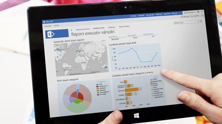 Prim plan cu mâna unei persoane indicând spre un grafic de pe o tabletă cu Skype for Business Online