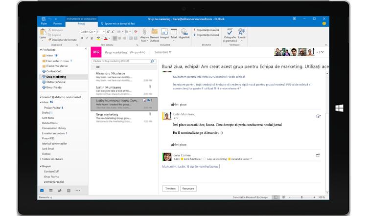 Ecran de tabletă afișând o conversație de grup din Outlook