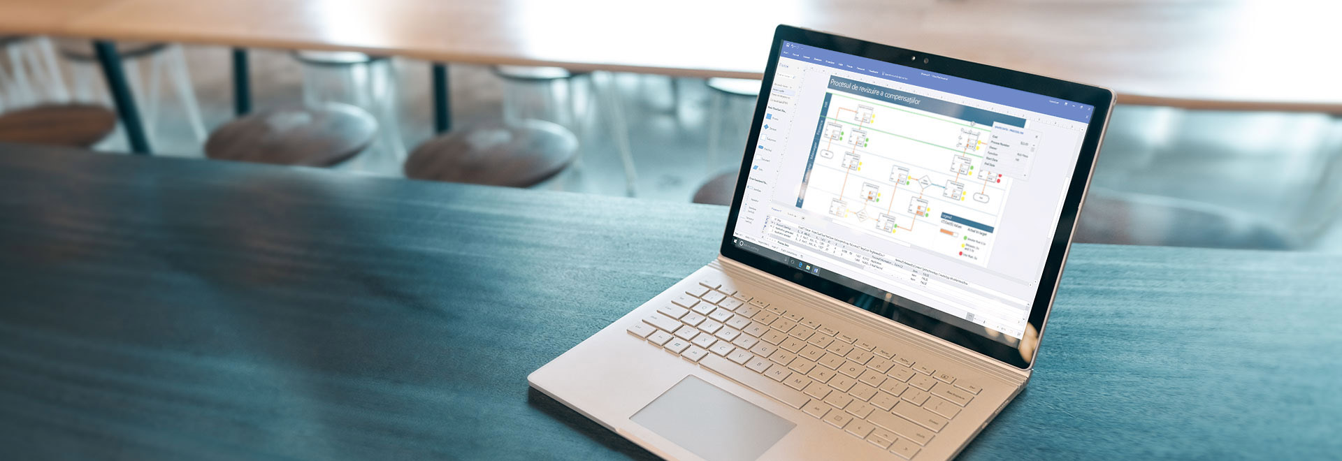 Un laptop ce afișează o diagramă de flux de proces în Visio Pro for Office 365