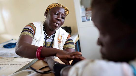 Femeie medic cu un pacient