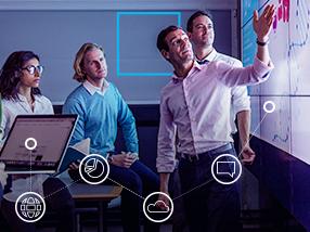 Patru persoane arătând spre panoul interactiv