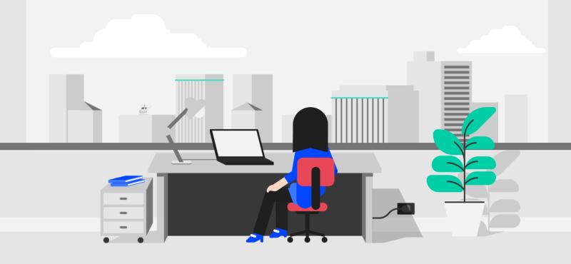 Женщина просматривает веб-сайты и выполняет поиск