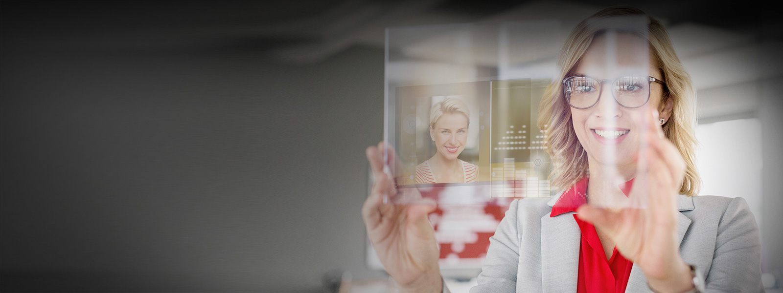 Деловая женщина работает с виртуальным экраном
