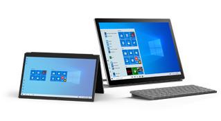 Трансформер с Windows10 рядом с настольным компьютером с Windows10. На обоих устройствах отображаются начальные экраны.