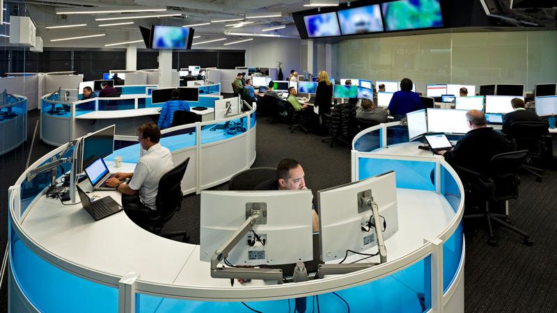 Офис людей, работающих за компьютерами