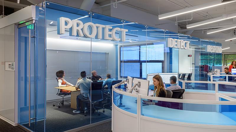 Мероприятие в переговорной комнате с надписью «Protect»
