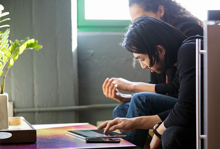 Файлы в SharePoint на экране смартфона и ноутбука