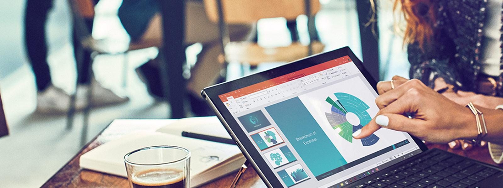 Женщина работает с Microsoft 365 на ноутбуке