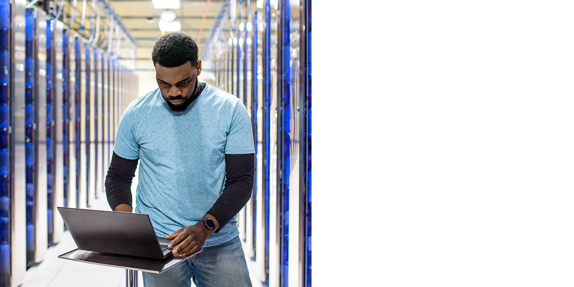 Мужчина использует ноутбук в центре обработки данных