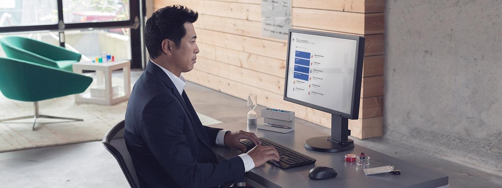 Человек печатает на компьютере