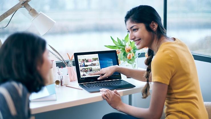 Женщина указывает на изображения на экране ее устройства