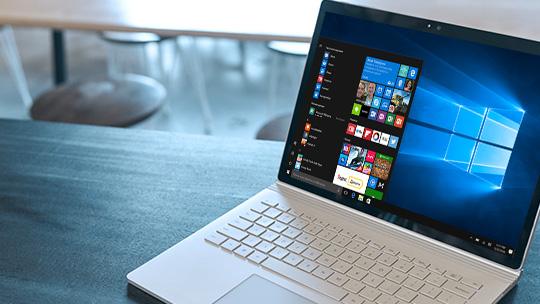 """Компьютер под управлением Windows 10 с меню """"Пуск"""