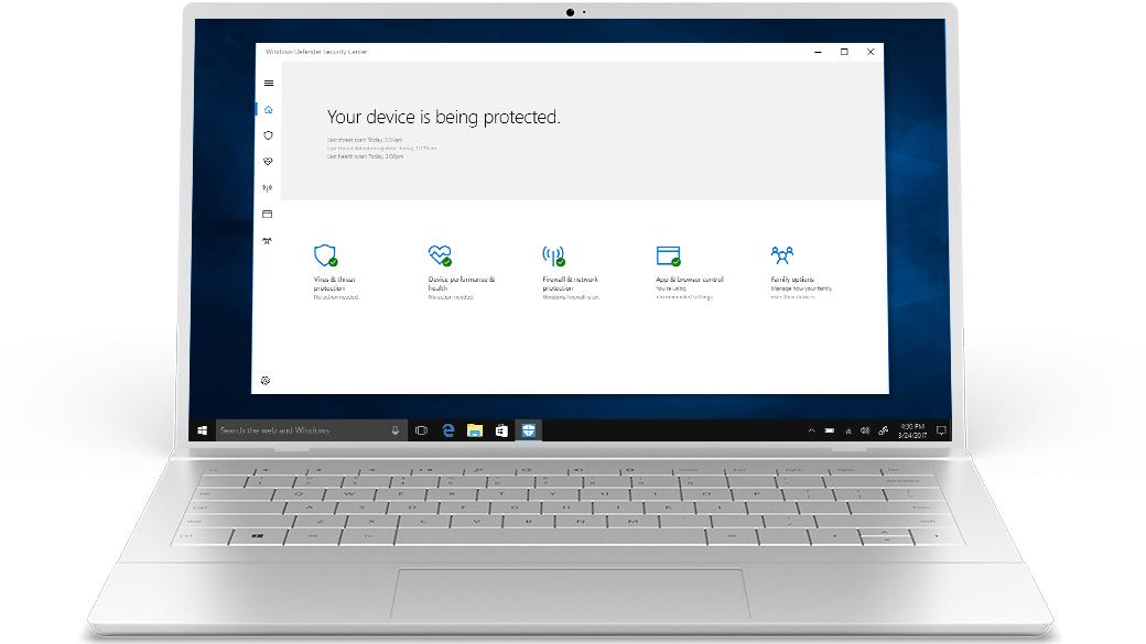 Типовой серебристый ноутбук с программой «Защитник Windows» на экране.