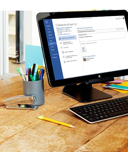 Монитор ПК, на котором отображены функции совместного использования документов Microsoft Word.