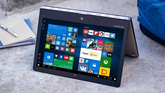 """Lenovo Yoga 900 в режиме """"презентации"""" с начальным экраном Windows 10"""
