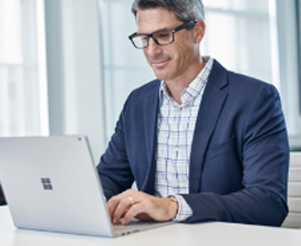 Мужчина в пиджаке, работающий с ноутбуком