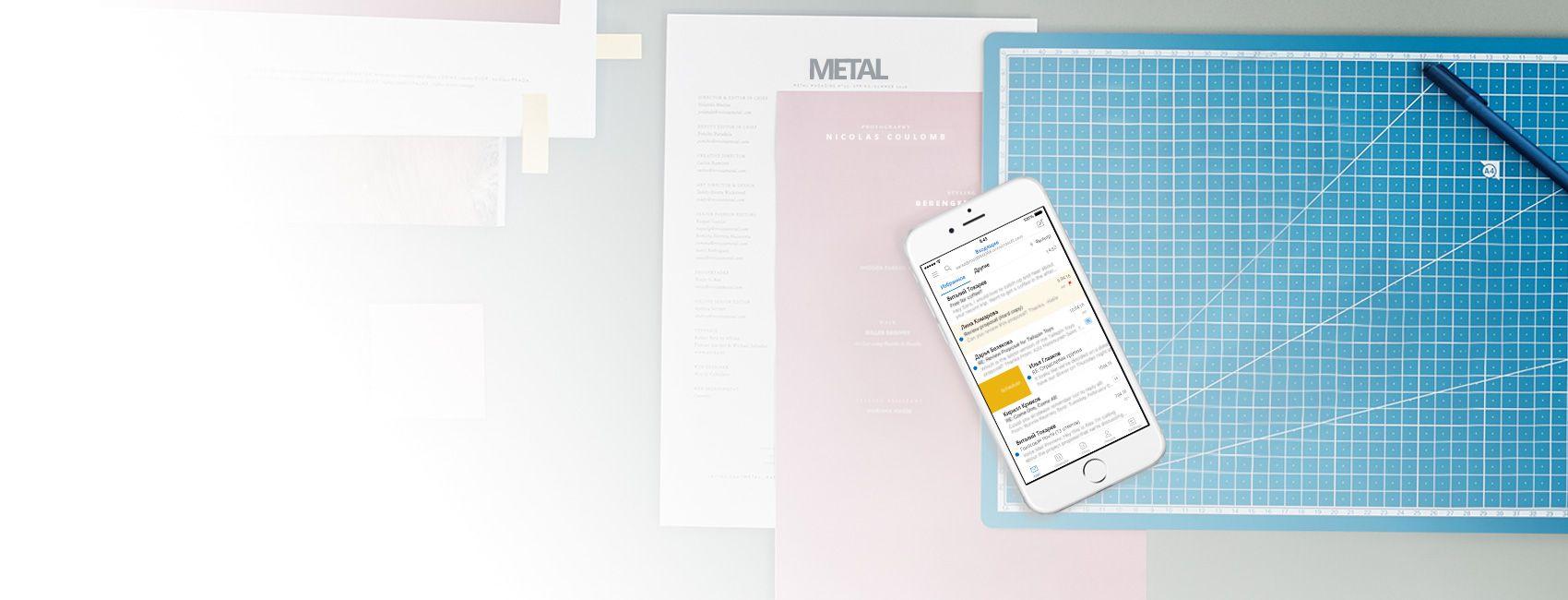 """Телефон с приложением Outlook, в котором открыта папка """"Входящие""""."""