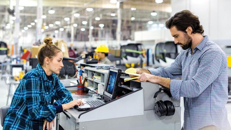 Мужчина и женщина работают в производственном помещении