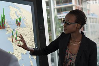 Женщина рассматривает карту, висящую на стене