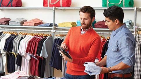 двое мужчин в магазине одежды