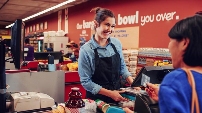 Женщина, продающая продукты в супермаркете