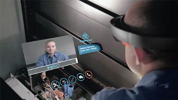 Мужчина в головной гарнитуре виртуальной реальности перед искусственным экраном