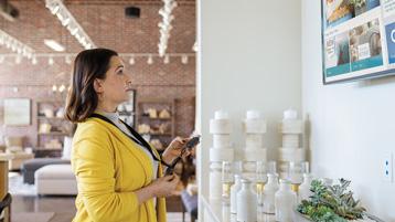 Женщина, смотрящая на большой экран (вид со стороны)