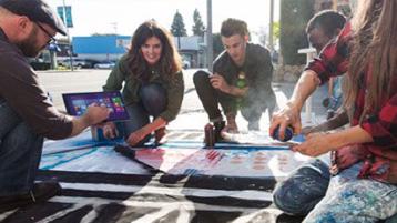 Молодые люди обсуждают креативные идеи на улице