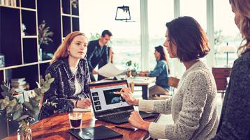 Женщины, совместно работающие с ноутбуком