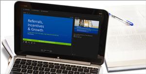 Tablet, na ktorom sa zobrazuje powerpointová snímka vrežime prezentácie so značkou.