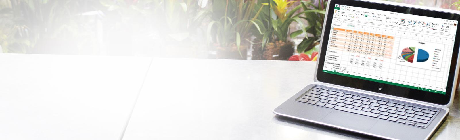 Prenosný počítač, na ktorom sa zobrazuje tabuľkový hárok MicrosoftExcelu sgrafom.