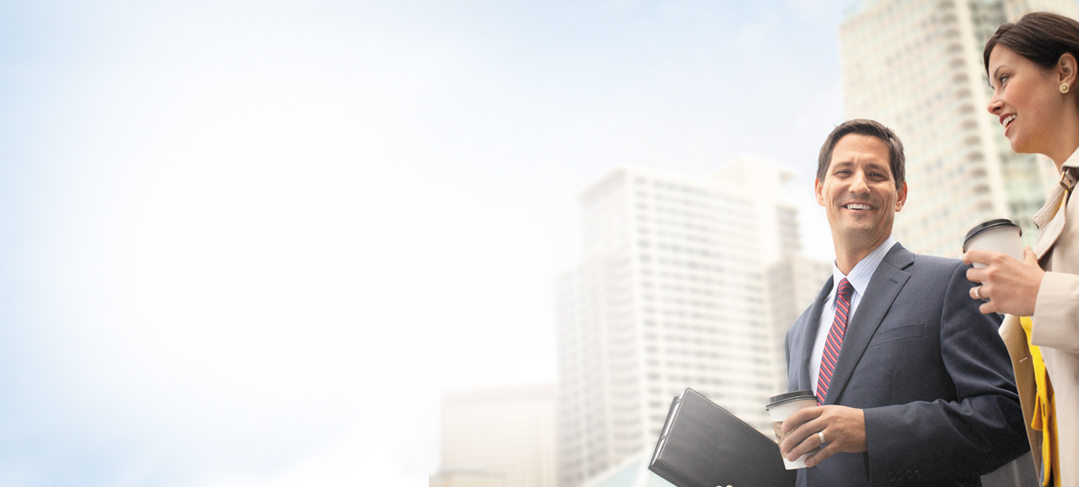 Dvaja pracovníci cestou na schôdzu. Získajte kontrolu nad svojím prostredím IT vďaka plánom služieb Office 365 Government.