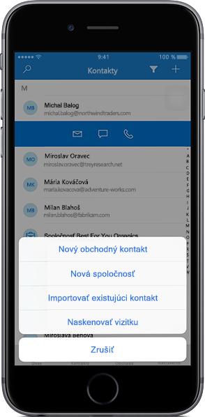 IPhone zobrazujúci zoznam kontaktov v mobilnej aplikácii Outlook Customer Manager