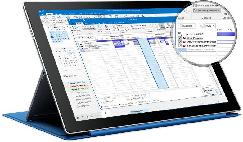 Tablet Surface zobrazujúci plánované činnosti Outlooku so zoznamom účastníkov aich dostupnosťou