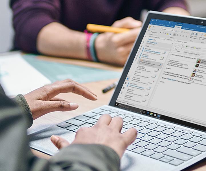Microsoft Outlook spustený vprenosnom počítači sWindowsom