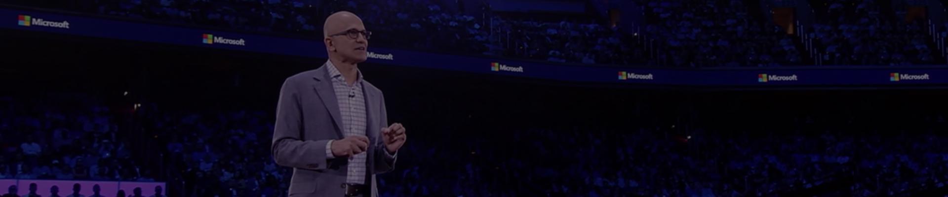 Pozrite si, ako Satya ohlasuje službu Microsoft 365