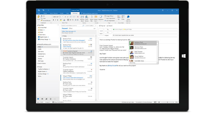 Tablet zobrazujúci priečinok doručenej pošty vslužbách Office 365 bez reklám.