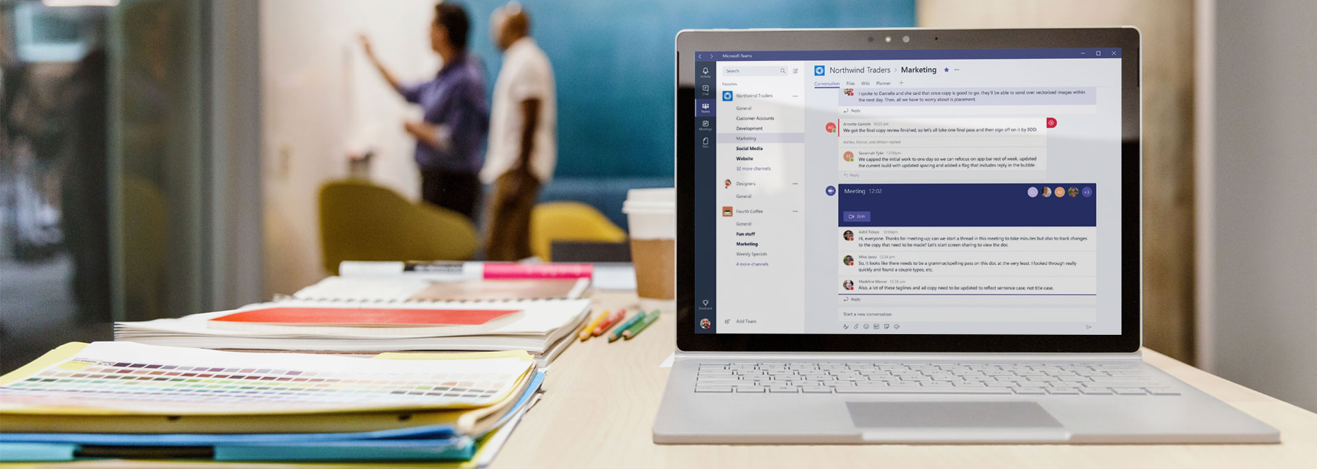 Tablet zobrazujúci chatové konverzácie pracovného priestoru Microsoft Teams