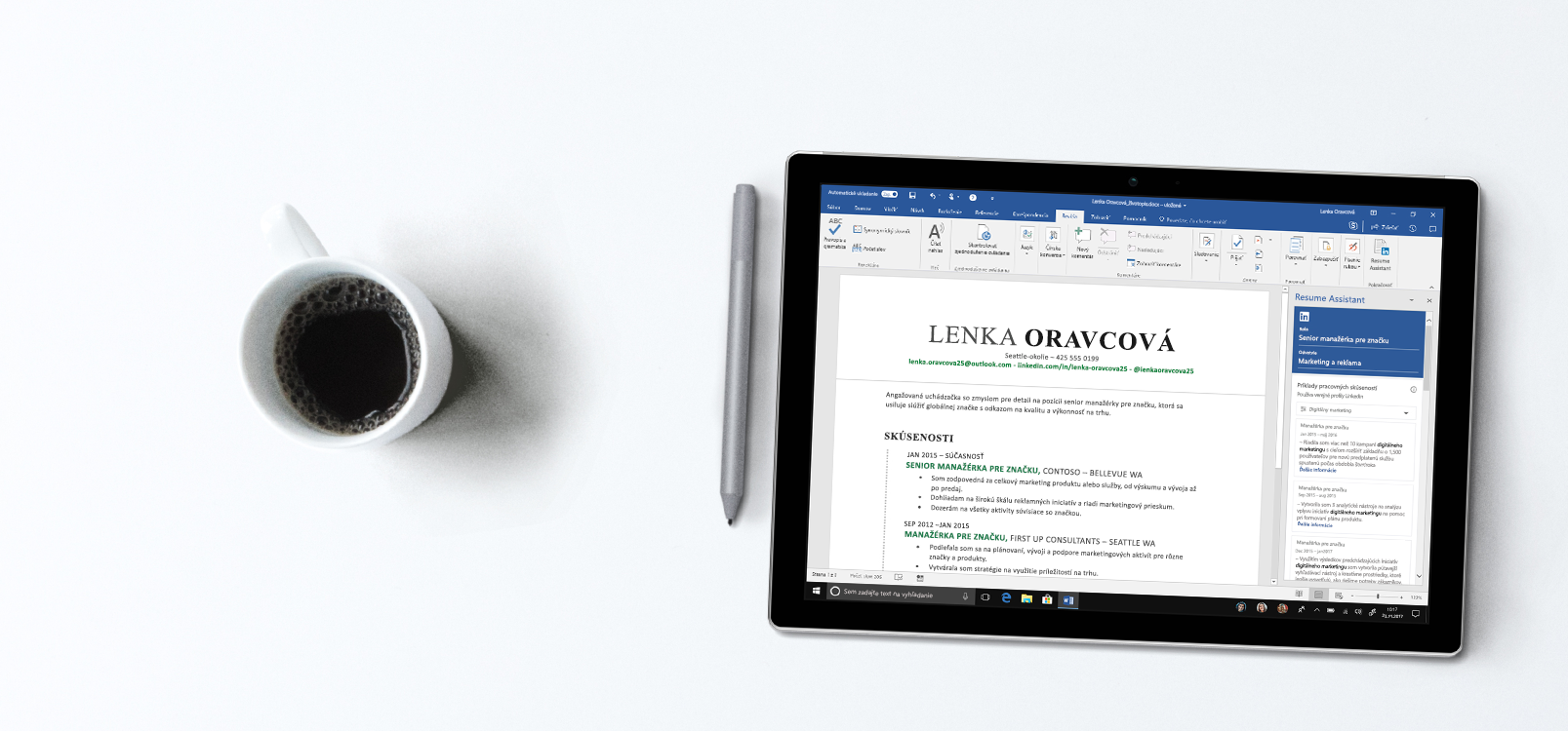 Obrazovka tabletu zobrazujúca Word s panelom doplnku Resume Assistant na pravej strane s príkladmi životopisov