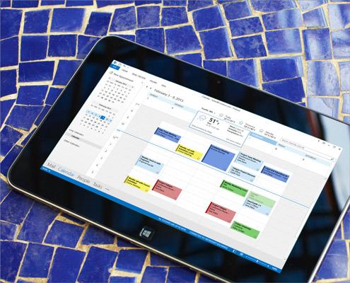 Tablični računalnik s prikazanim odprtim koledarjem v programu Outlook 2013 in prikazanim vremenom tega dneva.