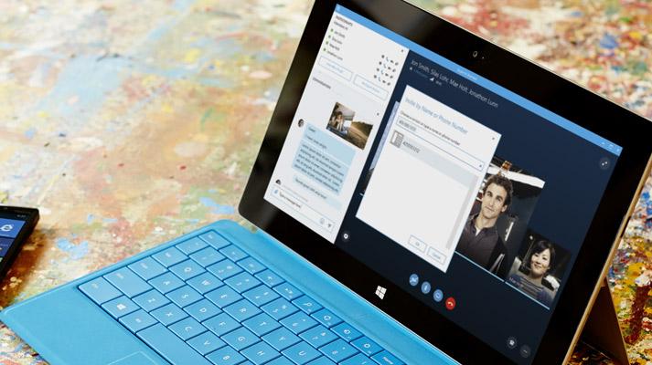 Tablični računalnik Surface, kjer je na zaslonu prikazano spletno srečanje v Skype za podjetja