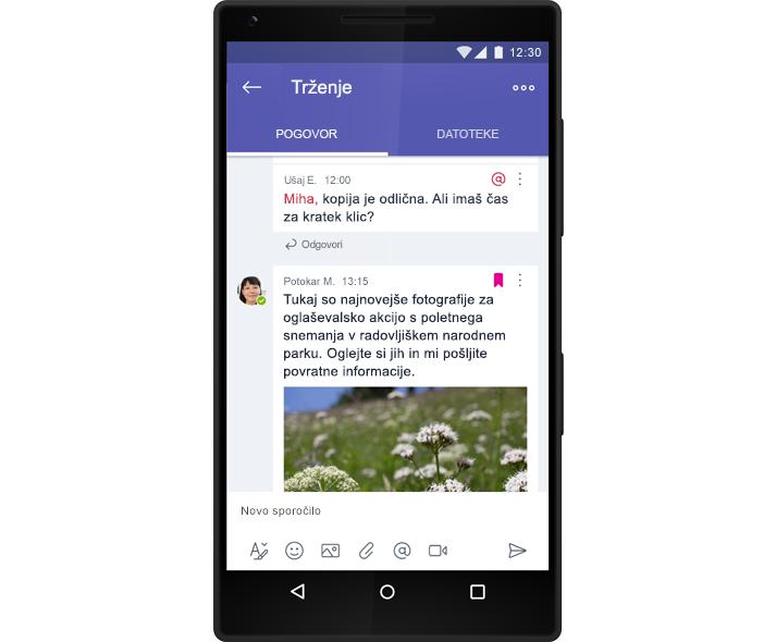 Pametni telefon prikazuje skupinski pogovor skupine v storitvi Microsoft Teams