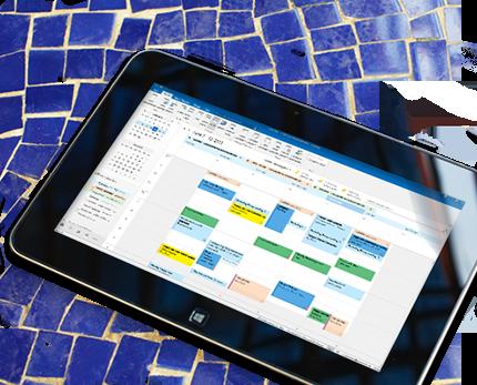Tablični računalnik s prikazanim odprtim koledarjem v programu Outlook 2013 in vremenom za izbrani dan.