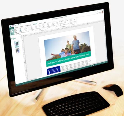 Računalnik s prikazano odprto publikacijo programa Publisher in možnostmi za pošiljanje po e-pošti na traku.