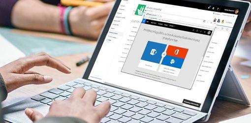 Ruke koje kucaju na tastaturi laptopa na kom su pokrenuti Flow i SharePoint