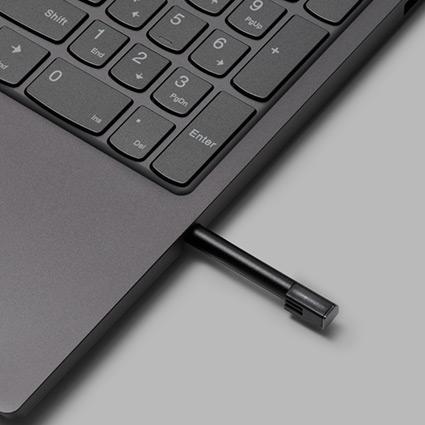 En digital penna som sticker fram ur höljet på sidan av tangentbordet