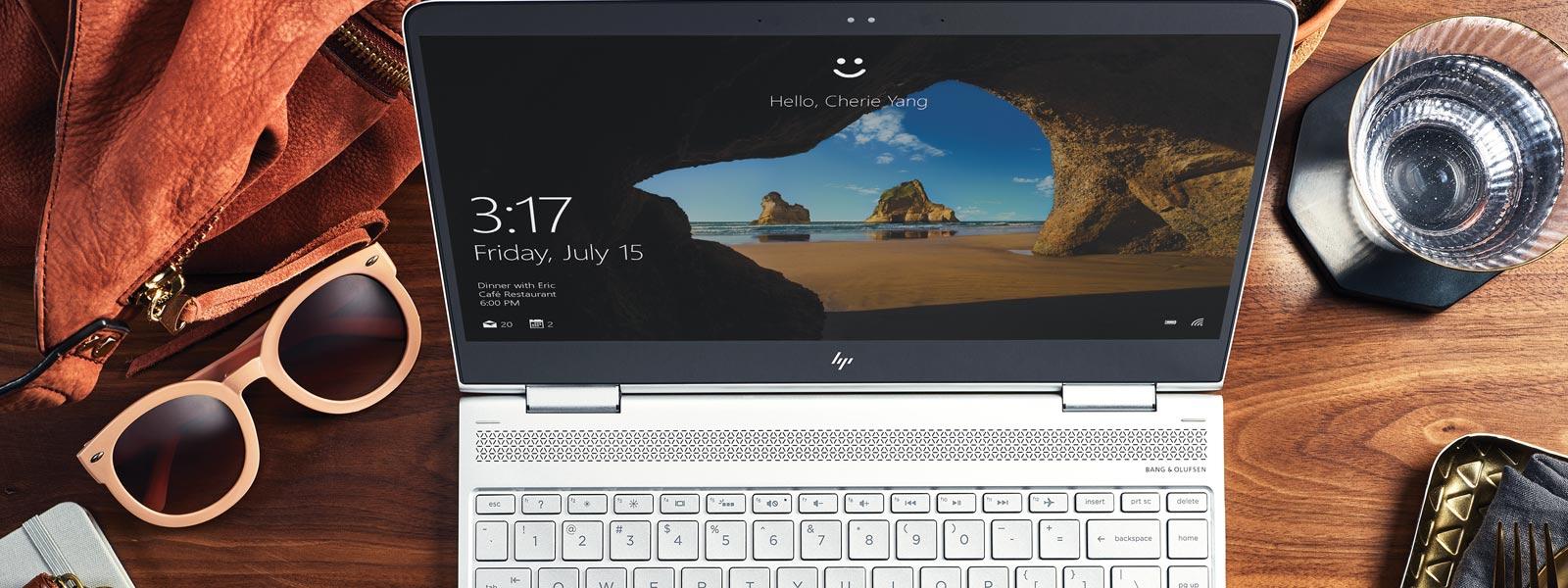 Bild ovanifrån på en Windows 10-enhet på ett skrivbord