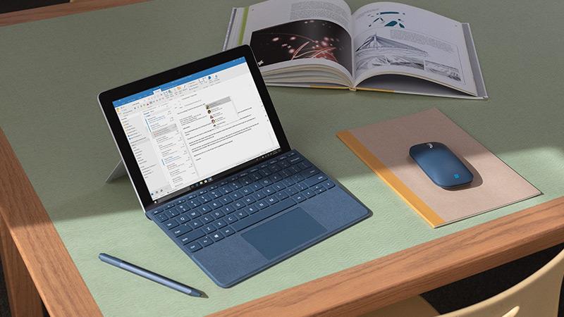 Surface Go Signature Type Cover Typecover och Surface Mobile-mus, tillbehör som har utformats för Surface Go