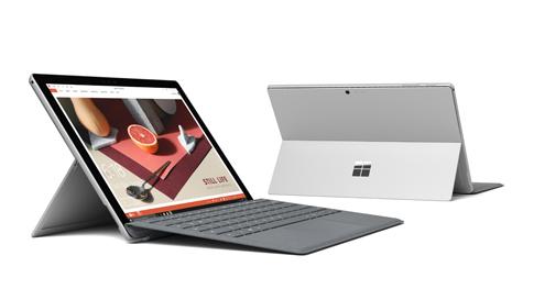 Två Surface Pro-datorer, en sedd från vänster framifrån och den andra sedd bakifrån med Surface Pen