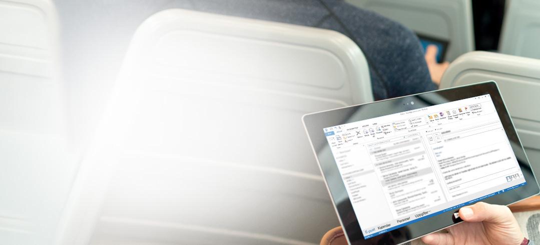 En man håller i en surfplatta som visar hans inkorg. Kom åt din e-post överallt med Office 365.